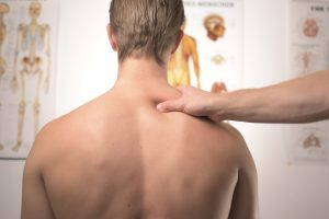 Osteopaatti tutkimassa niska-hartiaseutua
